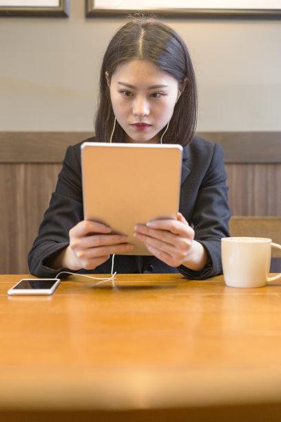 青年人,咖啡馆,女商人,药丸,垂直画幅,套装,仅成年人,现代,技术,计算机