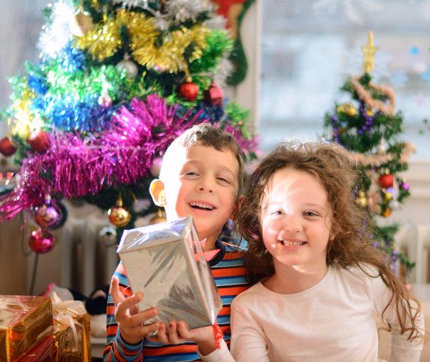 兄弟姐妹,早晨,家庭生活,盒子,男性,拆包,新年,新年前夕,兄弟