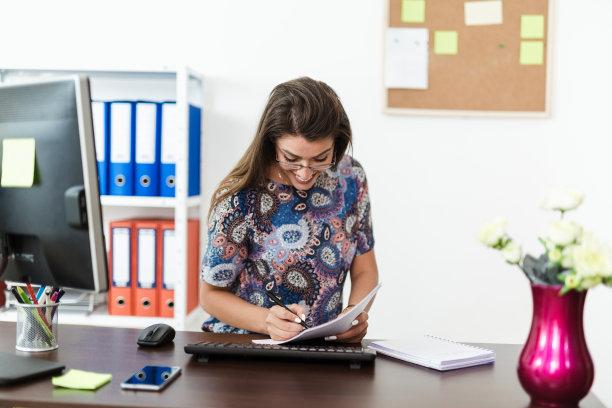办公室,女商人,笔记本,半身像,忙碌,文档,仅成年人,现代,青年人,个人备忘录