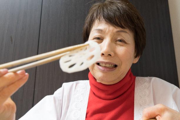 御姐料理,莲藕,咕噜菜,65到69岁,醋,筷子,酸味,永远年轻,炊具刀,老年女人
