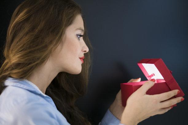 青年女人,礼物,里面,水平画幅,情人节,盒子,生日,30岁到34岁,白人