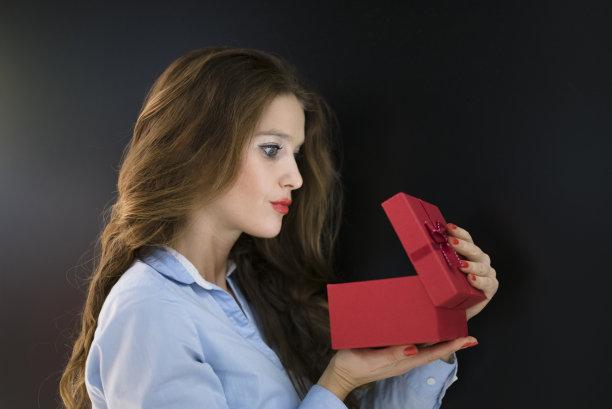 开着的,礼物,等,情人节,盒子,生日,30岁到34岁,仅成年人,黑色背景