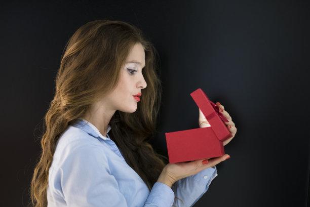 礼物,里面,水平画幅,情人节,盒子,生日,30岁到34岁,白人
