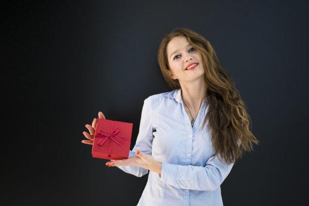 青年女人,礼物,自然美,水平画幅,情人节,盒子,生日,30岁到34岁,白人