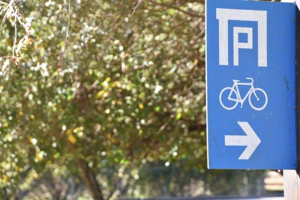 标志,自行车道,天空,留白,面无表情,水平画幅,无人,交通,户外