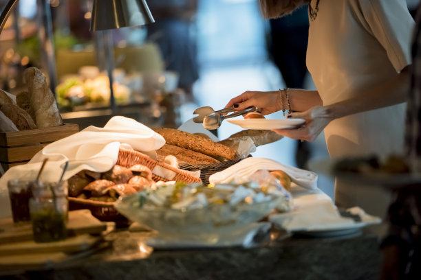 早餐,水平画幅,腰部以下,牛角面包,法式食品,组物体,仅成年人,钳夹,面包