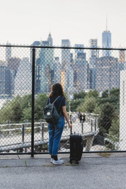 旅游目的地,纽约州,青年女人,垂直画幅,水,留白,旅行者,仅成年人,滨水,都市风景
