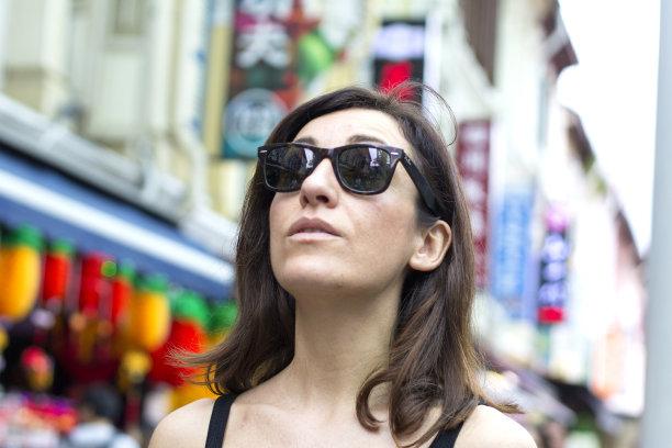 新加坡市,旅行者,街道,女人,城市游,反差,30岁到34岁,中年女人,水平画幅,新加坡