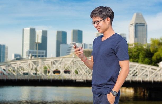 男商人,新加坡市,平板电脑,使用手提电脑,亚洲,笔记本电脑,储蓄,水平画幅,新加坡,夜晚