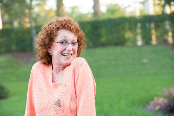 老年女人,组图,乐趣,相机,做手势,正下方视角,互联网,人的脸部,高举手臂,半身像