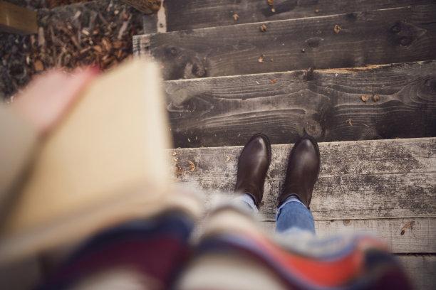 秋天,台阶,休闲活动,高视角,仅成年人,靴子,现代,青年人,书,平和