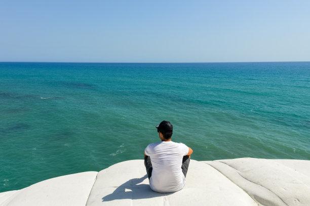 青年男人,悬崖,海洋,看,鸡尾酒,水,石灰石,旅行者,夏天,海岸地形