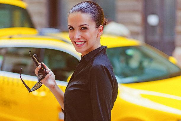 青年女人,手机,伦敦城,街道,留白,半身像,仅成年人,青年人,信心,出租车