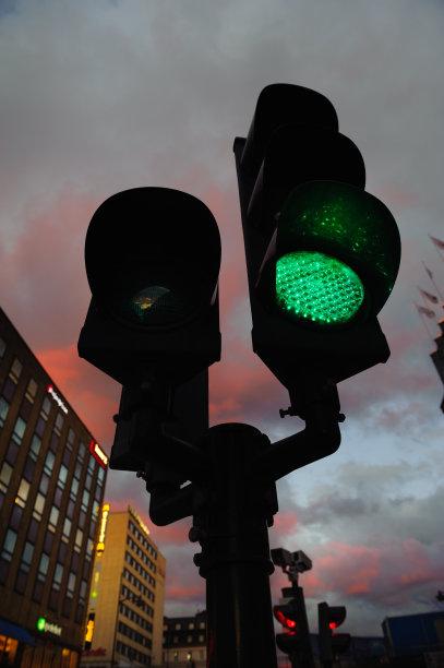 绿色,交通,城市,光,垂直画幅,前进的道路,交通标志,无人,停止标志,斯德哥尔摩