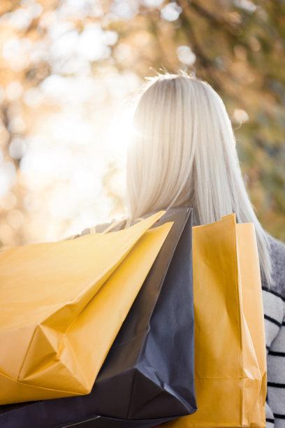 女人,拿着,购物袋,垂直画幅,公园,休闲活动,户外,白人,仅成年人,长发
