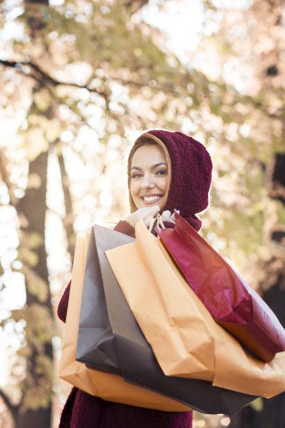 青年女人,公园,注视镜头,拿着,购物袋,垂直画幅,休闲活动,顾客,连帽运动外套,仅成年人