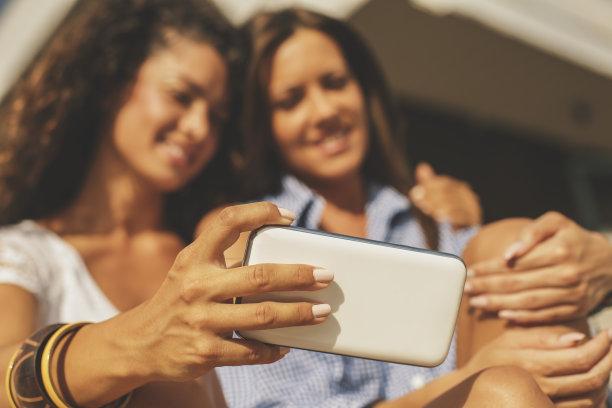 女人,手机,特写,羊毛帽,手牵手,休闲活动,夏天,仅成年人,青年人,技术