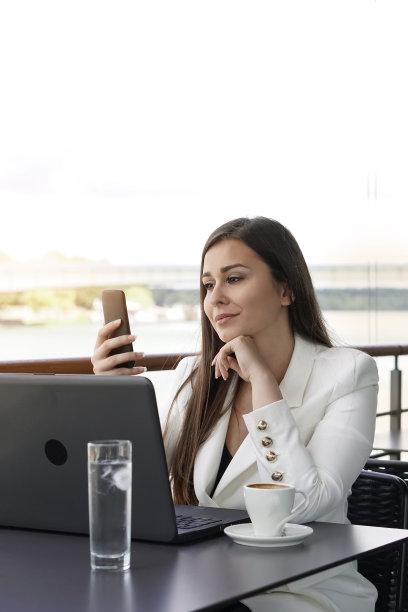 咖啡,时间,垂直画幅,半身像,电子邮件,仅成年人,青年人,白色,专业人员,技术