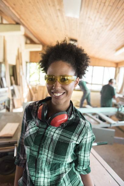 青年人,木工,注视镜头,女性,垂直画幅,正面视角,耳罩,工具台,非裔美国人,仅成年人