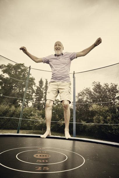 蹦床,成年的,男人,垂直画幅,人老心不老,古老的,半空中,户外,白人,草