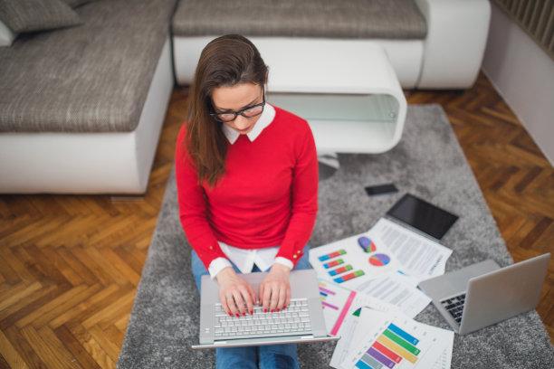 女人,使用电脑,智慧,家庭生活,坐在地上,经理,仅成年人,眼镜,居住区,信心