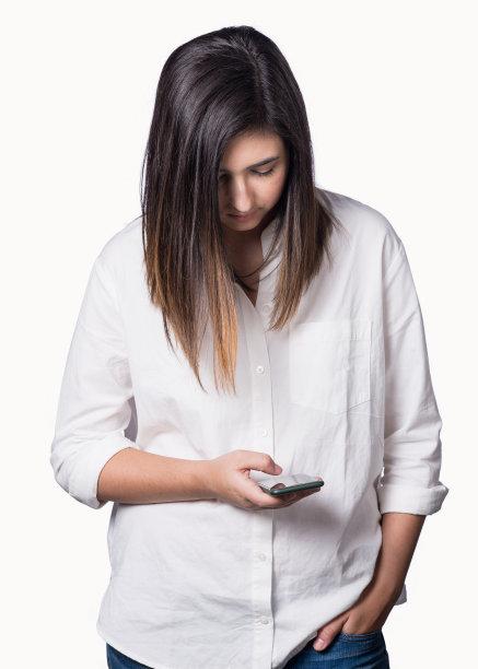 青年女人,智能手机,垂直画幅,青少年,遮住脸,半身像,电话机,社会化网络,衬衫,白人