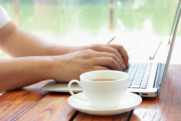 笔记本电脑,男性,手,办公室,水平画幅,银色,工作场所,户外,特写,仅男人