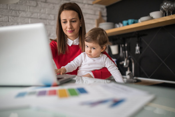 时间,家庭生活,文档,仅成年人,居住区,现代,技术,计算机,女婴,儿童