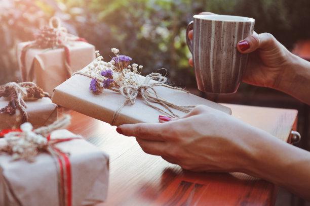 圣诞礼物,高视角,情人节,盒子,仅成年人,青年人,新年,新年前夕,冬天,松科