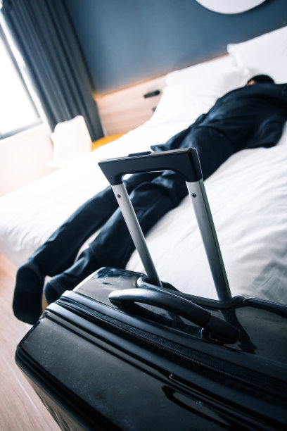 男商人,疲劳的,床,垂直画幅,情绪压力,套装,行李,男性,仅男人,仅成年人