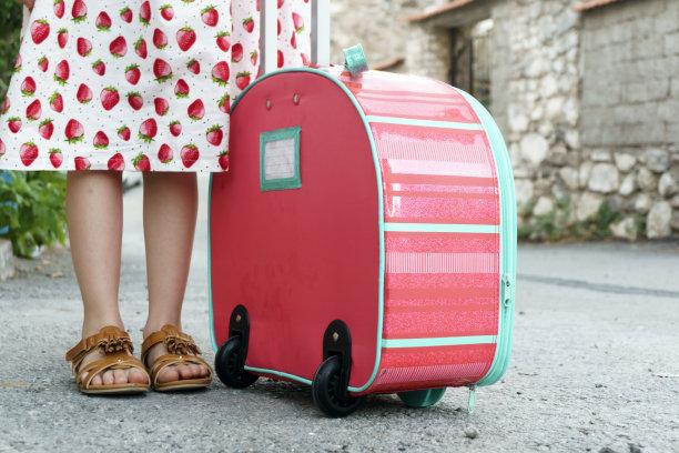 手提箱,女孩,青少年,台阶,休闲活动,水平画幅,健康,旅行者,夏天,户外