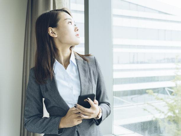 女人,窗户,半身像,透过窗户往外看,家庭生活,套装,仅成年人,现代,青年人,学员