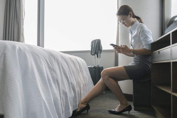 女人,宾馆客房,座位,家庭生活,仅成年人,现代,青年人,技术,细胞,正装