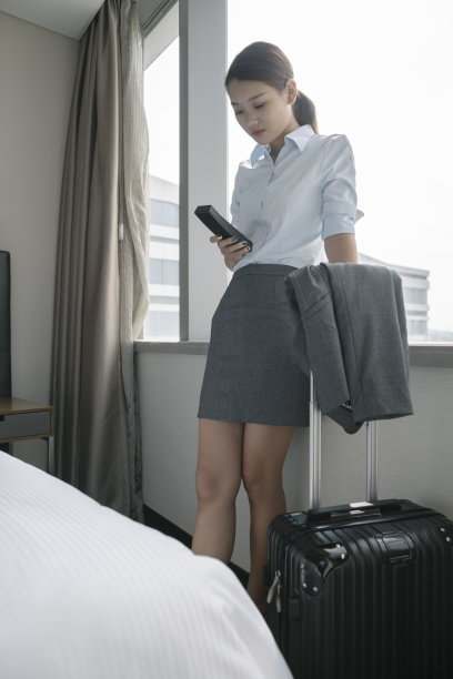 拨电话,青年人,住宅房间,女商人,垂直画幅,家庭生活,套装,仅成年人,现代,技术