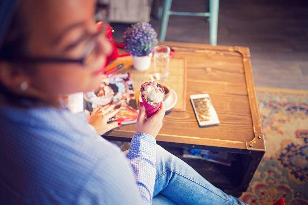 咖啡,冰淇淋,女人,在活动中,咖啡杯,一次性杯子,商业金融和工业,拿着,老花镜,户外