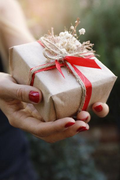 圣诞礼物,垂直画幅,高视角,情人节,盒子,户外,白人,特写,仅成年人
