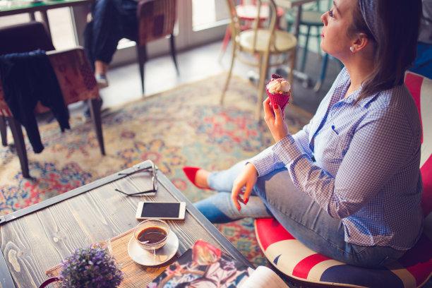 青年女人,咖啡馆,在活动中,咖啡杯,一次性杯子,商业金融和工业,拿着,老花镜,户外,仅女人