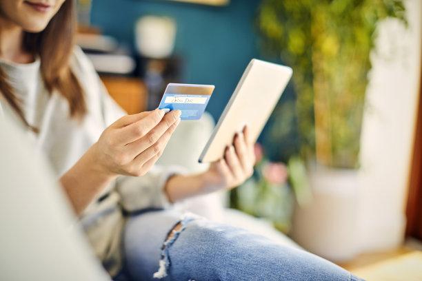 信用卡,中间部分,拿着,平板电脑,女人,休闲活动,家庭生活,电子商务,仅成年人,网上冲浪
