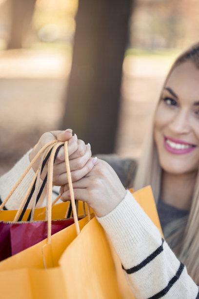 青年女人,拿着,购物袋,自然美,前面,垂直画幅,休闲活动,仅成年人,长发,青年人