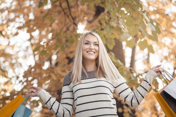 青年人,女人,公园,拿着,购物袋,金色头发,休闲活动,顾客,连帽运动外套,不看镜头