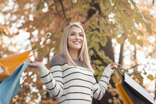 青年人,女孩,公园,拿着,购物袋,金色头发,休闲活动,顾客,连帽运动外套,不看镜头