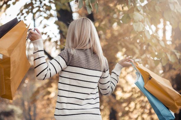 青年人,女人,公园,拿着,购物袋,金色头发,休闲活动,顾客,连帽运动外套,仅成年人