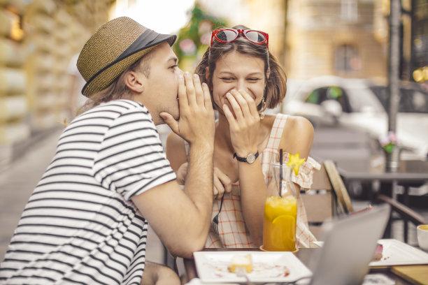 青年伴侣,伦敦城,青少年,咖啡店,旅行者,夏天,眼镜,技术,计算机,女人