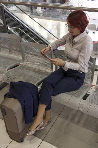 女商人,等,座舱,候机厅,垂直画幅,进出港显示牌,旅行者,行李,交通方式,白人