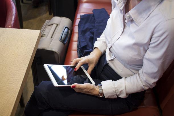 女商人,等,座舱,候机厅,水平画幅,进出港显示牌,旅行者,行李,交通方式,白人