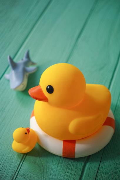 巨大的,鲨鱼,橡皮鸭子,安全的,桌子,小的,木制,黄色,背景,一个物体
