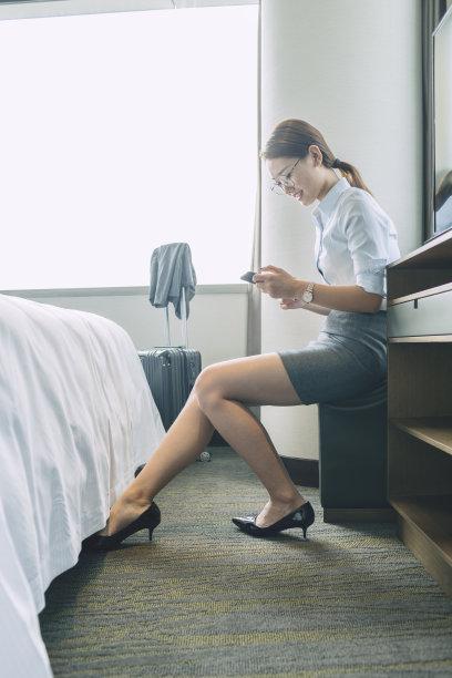 女人,住宅房间,垂直画幅,座位,家庭生活,套装,仅成年人,现代,青年人,技术