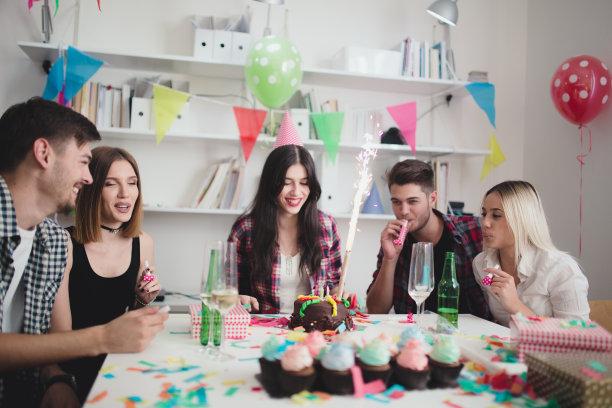 生日,女人,生日蛋糕,葡萄酒,饮料,男商人,男性,纸杯蛋糕,节日,商务