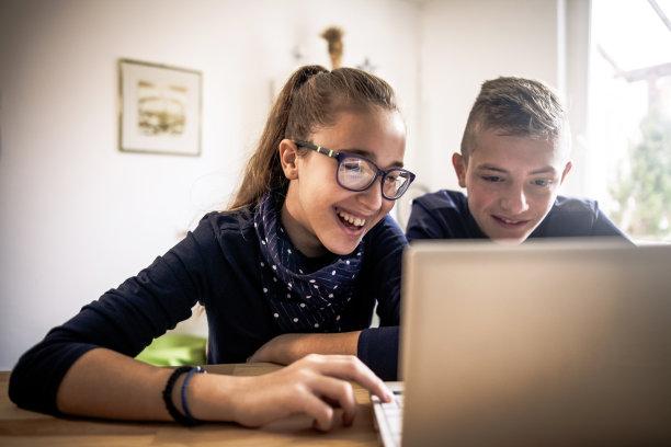 儿女,起居室,桌上玩具,数字化显示,青少年,留白,半身像,家庭生活,14岁到15岁,电子商务