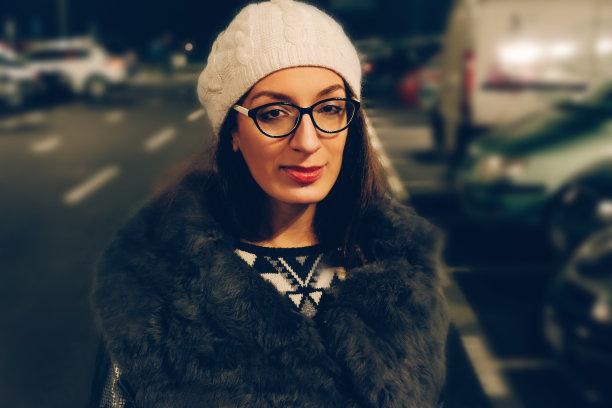 街道,注视镜头,女人,路灯,夜生活,夜晚,仅成年人,自由,节日,旅游目的地